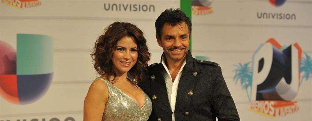 Alessandra Rosaldo y Eugenio Derbez fueron de las parejas más cool de la noche. Los esposos fueron de los más asediados en la alfombra veraniega de los Premios Juventud