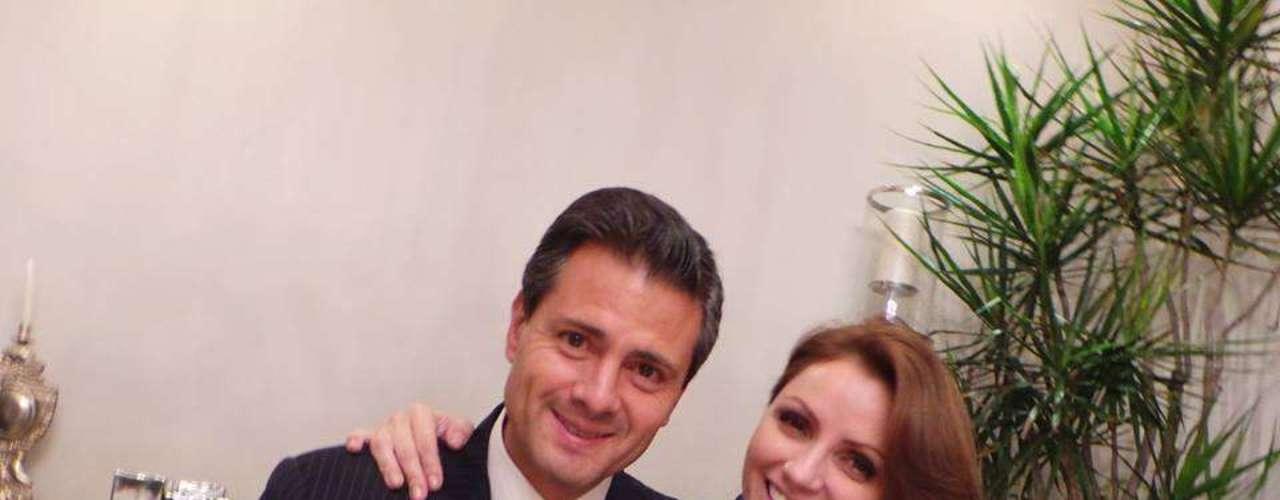 22 de Julio - La ex actriz y ahora Primera Dama de México, Angélica Rivera, festeja el cumpleaños de su esposo, el presidente Enrique Peña Nieto y comparte esta foto donde se ve a la primer pareja de México muy contenta y enamorada