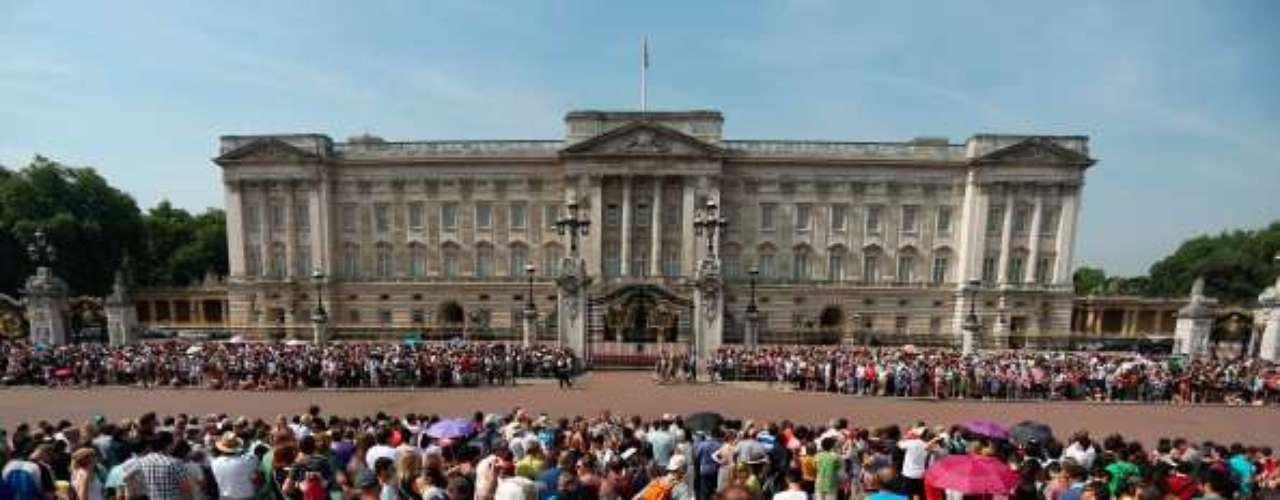 Cientos de personas llegadas de todo el mundo, ávidas de ser testigos en primera persona de la llegada al mundo del que será el tercero en la línea de sucesión al trono.