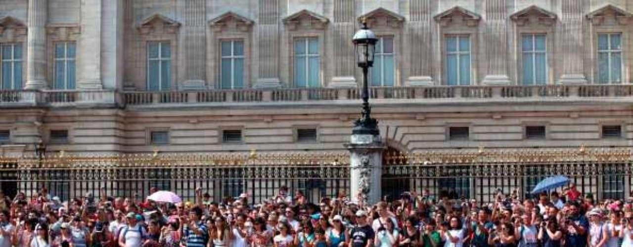A medida que pasan las horas, los alrededores de la residencia oficial de Isabel II van llenándose con cada vez más personas que expresan su impaciencia ante el lento devenir de los acontecimientos