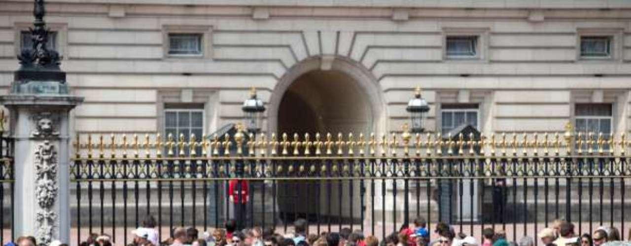 Un ruidoso anuncio con el que darán comienzo las celebraciones públicas por la llegada del tercer bisnieto de Isabel II