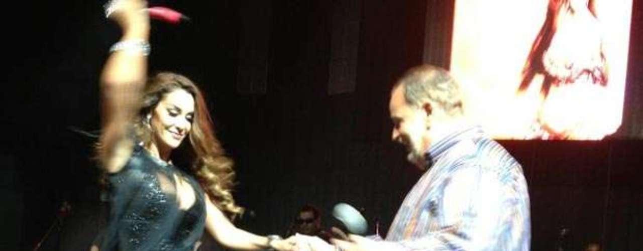 Ninel Conde no tuvo reparos en mover sus curvas de infarto para Raúl De Molina durante un magnífico show que ofreció en Fresno. Tan orgulloso se sintió el animador del programa \