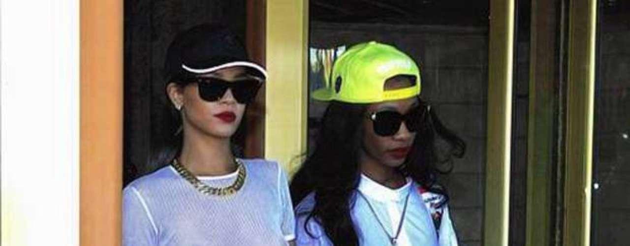 Rihanna no para de generar polémica. La cantante de Barbados salió a plena luz del día de un hotel en Estocolmo con una blusa transparente y sin sostén, por si fuera poco, para promocionar su nuevo perfume, \