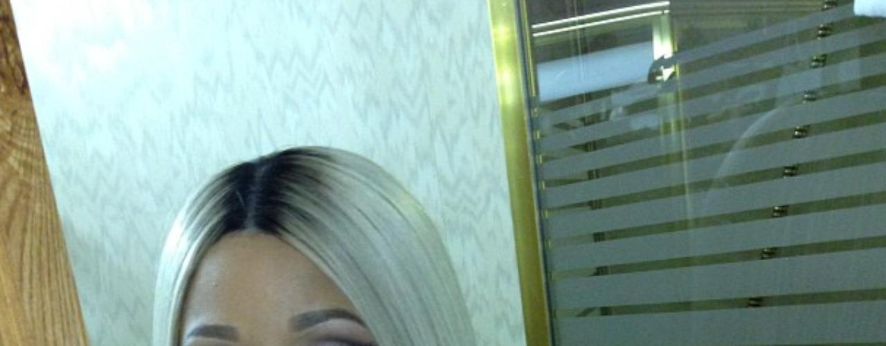 26 de Julio - NIcki Minaj dejó poco a la imaginación al postear esta foto donde al parece estaba desnuda,mostrando mucha piel y su prominente escote.