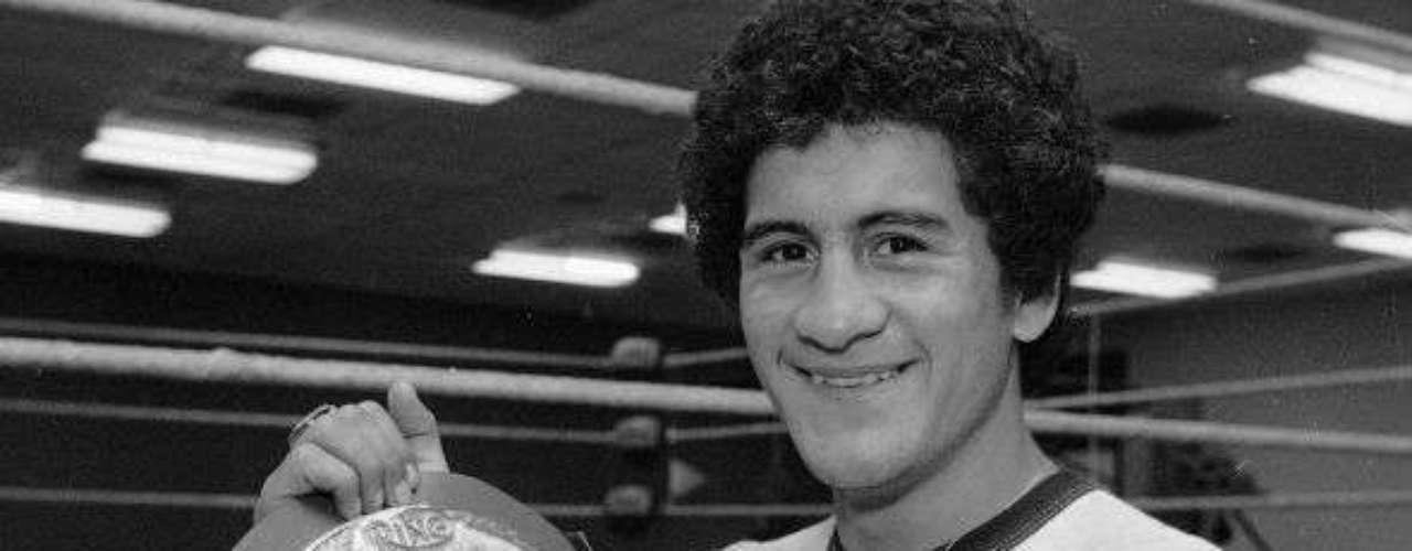 Una de las tristes historias del boxeo mexicano, ya que su calidad fue enorme, pero la muerte llegó muy joven y apenas dos años pudo retener su título pluma del CMB. De 46 combates tuvo 44 triunfos, un empate y una derrota, se encuentra en el Salón de la Fama del boxeo.