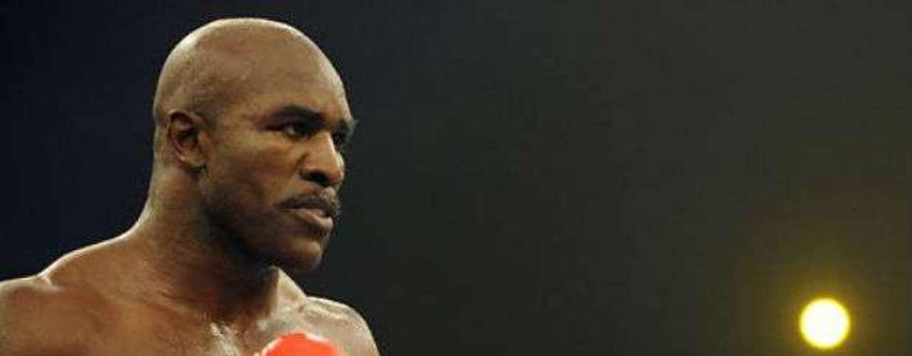Evander Holyfield fue en varias ocasiones campeón del mundo, tanto en  peso pesado como crucero. Además, ganó la medalla de bronce en la división de los pesos semipesados en los Juegos Olímpicos de Los Ángeles 1984, tras perder por una controvertida descalificación en las semifinales. Disputó 54 peleas, 43 victorias (27 por K.O.) 10 derrotas y 2 empates. En 1997 protagonizó una pelea polémica con Mike Tyson, quien le mordió una oreja en pleno combate.