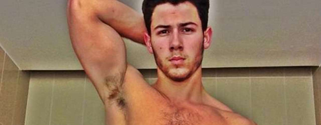 Eso de mostrar la anatomía en las redes sociales no es nada más para los cantantes del género femenino, así lo pudimos comprobar con el guapetón de Nick Jonas, quien publicó una fotografía con su torso desnudo para mostrarle a su fanaticada que el gimnasio está haciendo efecto en su cuerpecito ¡Qué músculos!