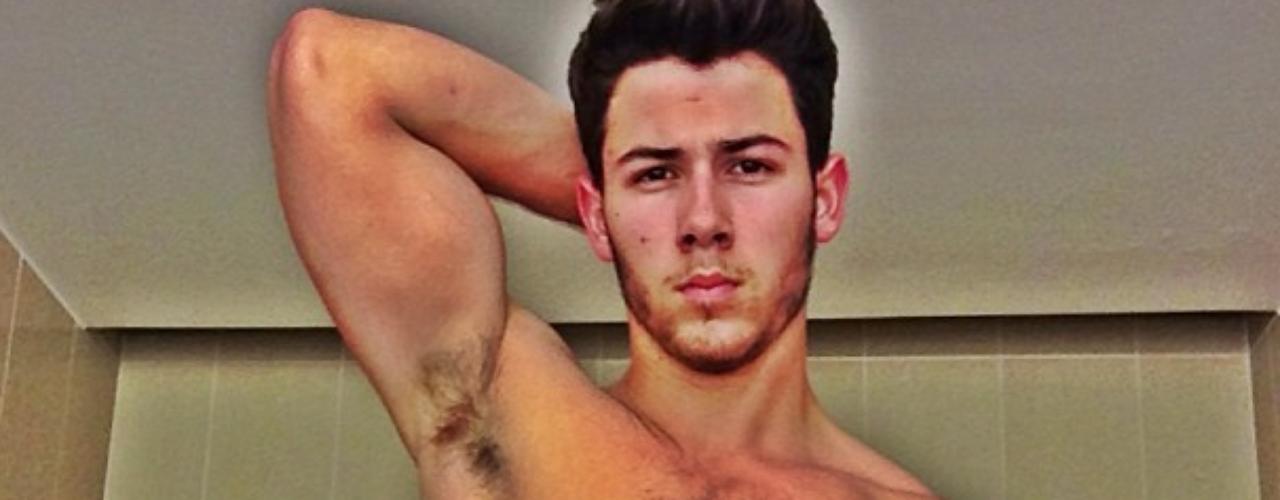 31 de Julio - ¡Wow! Nick Jonas colapsó su red social al mostra esta imagen de su bien formado 'six pack' el cual según puso que no le gustaba publicar este tipo de imágenes pero bien sabemos que a muchas mujeres no les fastidió verlo.
