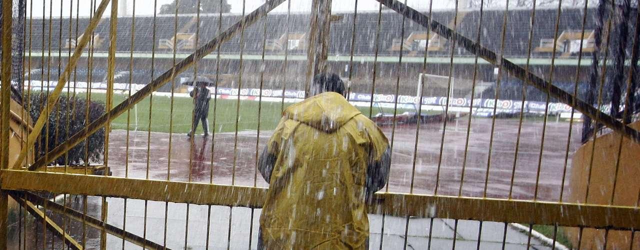 Merced al mal tiempo y la atinada decisión del árbitro no se jugó el partido válido por la fecha 2. Posiblemente se reprograme para el mes de septiembre.