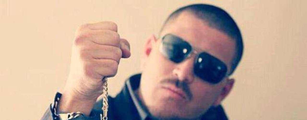 ¡Pobre! La cuenta bancaria de El Komander bajó un poco, pues tuvo que pagar una multa récord por cantar narcocorridos. \