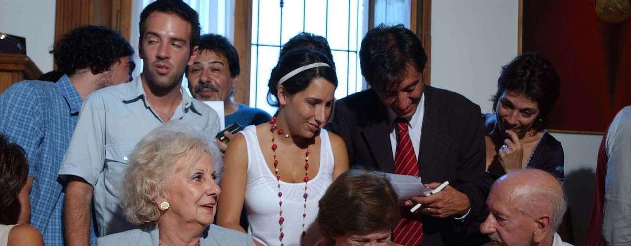 Estela de Carlotto, presidenta de Abuelas de Plaza de Mayo, junto a los abuelos y familiares de Sebastián, el nieto Nº 82 recuperado, durante la conferencia de prensa.