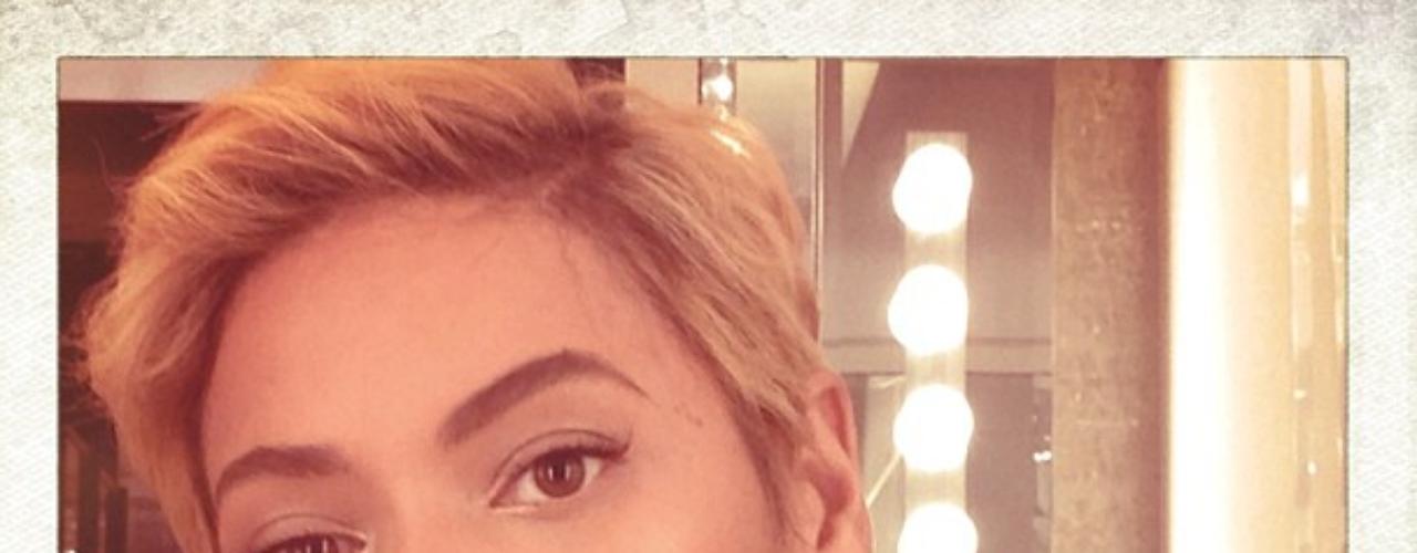 8 de Agosto - La respuesta fue clara y Beyoncé lució su cabello natural. ¡Sí, ese es su cabello! Como podemos ver, Beyoncé se muestra con un rostro sorprendido y a su vez angelical al enseñarnos su nuevo look. ¿Les gusta?