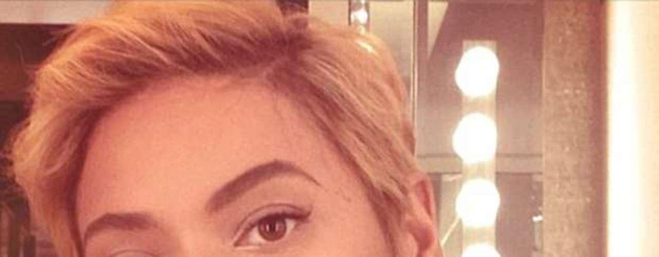 Beyoncé, al parecer tomó medidas drásticas para evitar que su cabellera se vuelva a quedar pegada en un ventilador mientras realiza un concierto, pues optó por cortarse el pelo tanto que ahora parece casi todo un varón.