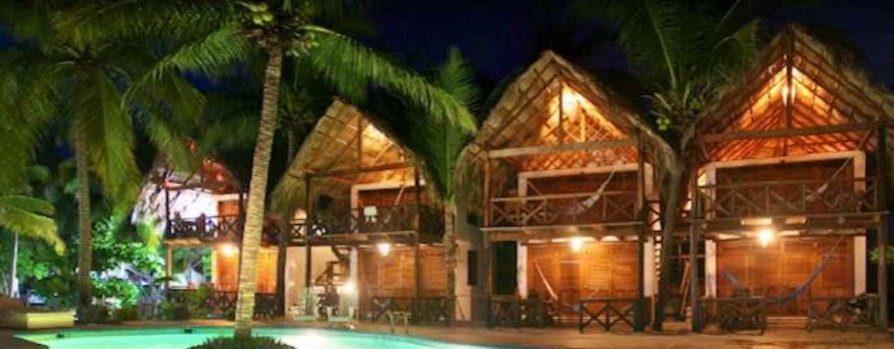 Nude Bungalows & Sky Lounge, Zipolite, México. Estas exclusivas cabañas se encuentran en la playa nudista de Zipolite, en Oaxaca. Puedes elegir quedarte en un bungalow tropical frente al mar o junto a la alberca. Y para terminar el día, nada mejor que un masaje relajante, de reflexología o aromaterapia.