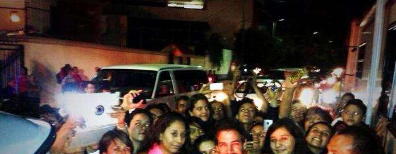9 de Agosto - Pero no sólo eso, Levy se tomó unos minutos de su tiempo para saludar a sus fans que siempre están al pendiete de él. 'Gracias a mi gente en México x tanto cariño. Aquí esta la foto como les prometí.... Los quiero!!'. ¡Qué suertudas son sus fans!