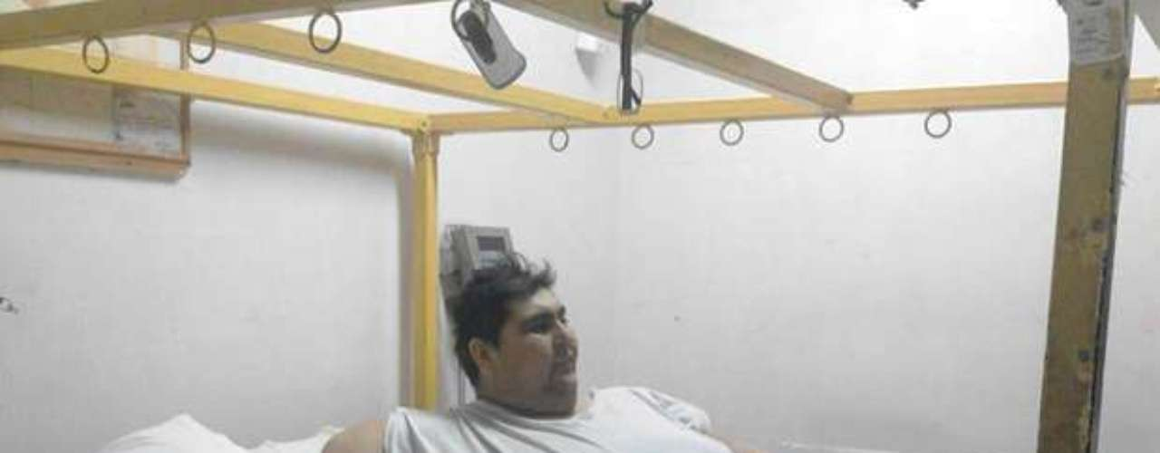 A pesar de vivir encerrado en su propio cuerpo de 1089 libras y estar postrado en una cama especial, Uribe Garza trata de llevar una vida normal al lado de su familia y amigos.