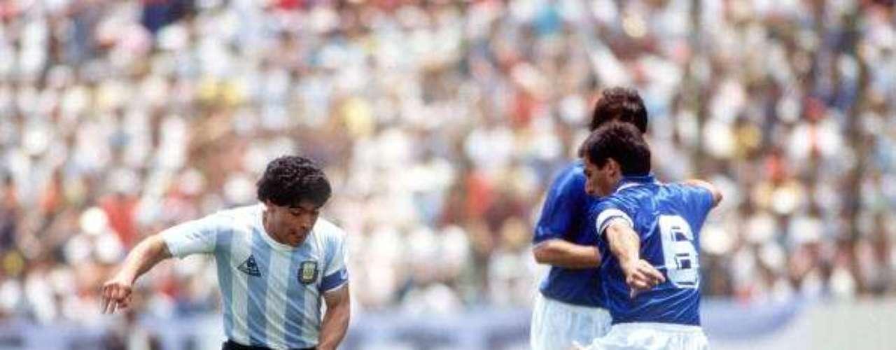 Sin duda alguna, Diego Armando Maradona, es uno de los mejores de la historia del fútbol, su zurda podía engañar a los rivales y dejarlos tendidos en el césped con suma facilidad. El 'Pelusa', como es conocido, es dueño del gol del siglo ante Inglaterra en México 86. La AFA lo nombró el mejor futbolista de todos los tiempos en 1993.