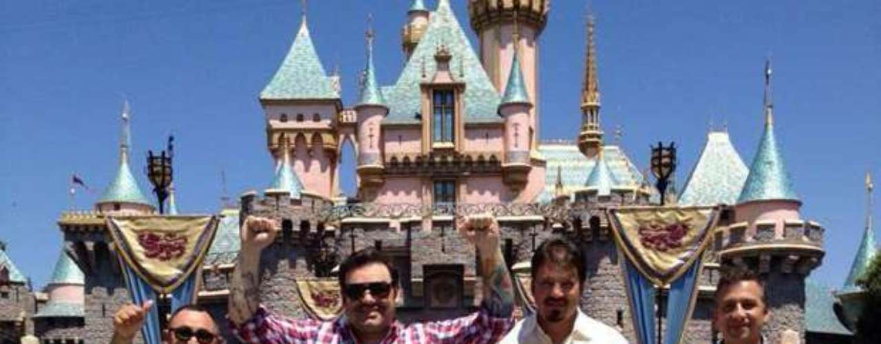 Los integrantes del grupo Intocable aparte de hacer vibrar a los fans durante sus conciertos, saben divertirse como niños. Así lo demostraron pasando momentos gratos en su más reciente visita al parque temático Disneyland.