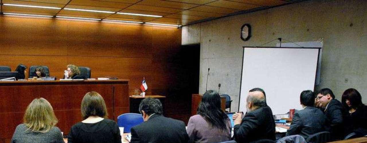 En el Tercer Tribunal Oral de Santiago se inició este lunes la primera jornada del juicio oral contra Esteban Moya y Margarita Villegas, el matrimonio de auxiliares del Colegio Apoquindo acusados como presuntos responsables de seis hechos de connotación sexual contra alumnos del establecimiento. Según los cargos formulados por la fiscal de la zona Oriente, Carmen Gloria Guevara, los delitos afectaron a niños de entre cinco y seis años de edad, entre los años 2010 y 2012.