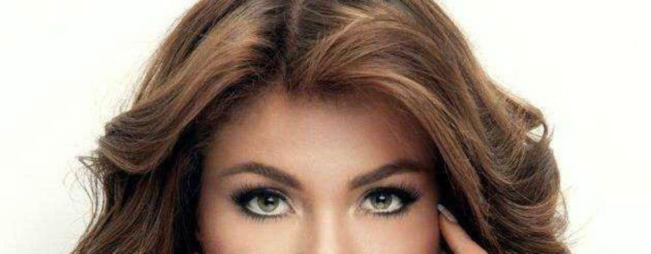 Su cabello rubio y sus impactantes ojos avellana, hacen del conjunto de esta joven una espléndida belleza Latina.