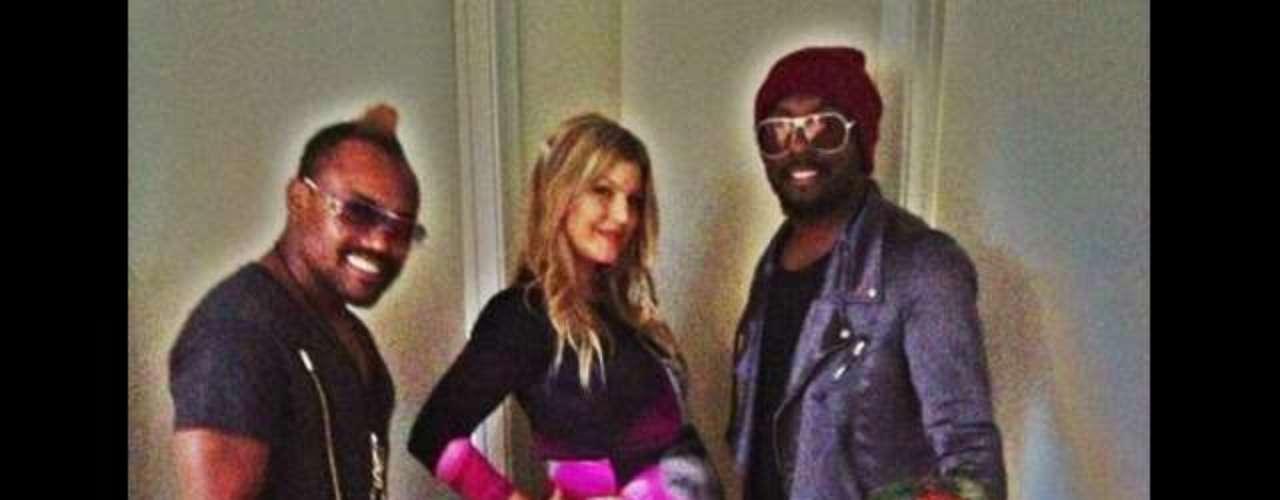 El avanzado estado de embarazo de Fergie no le ha impedido compartir buenos momentos con sus compañeros de The Black Eyed Peas, quienes se hicieron presentes para festejar el segundo \