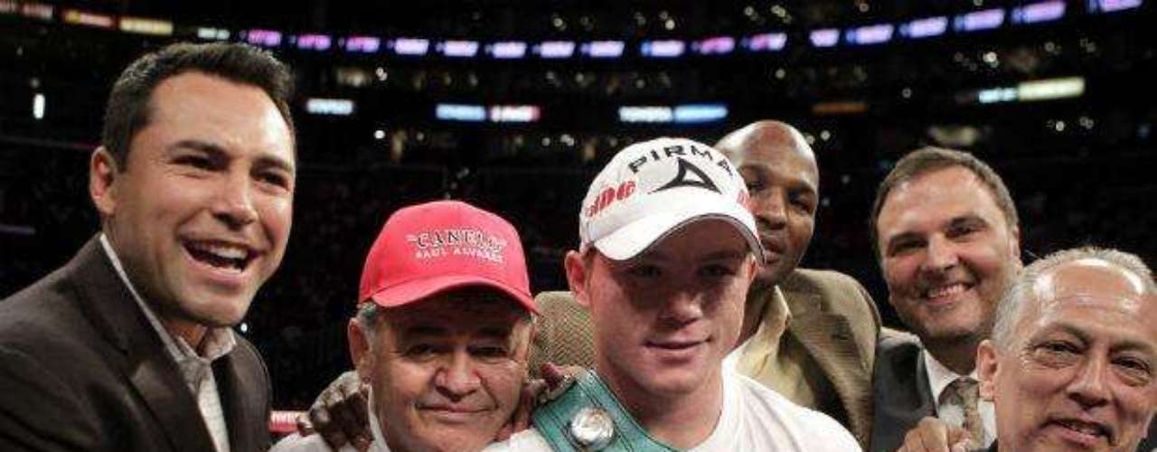 El ex boxeador y ahora promotor de Golden Boy Promotions, Oscar de la Hoya (izquierda) ha proyectado la carrera del joven púgil y ha señalado que el mexicano puede convertirse en una leyenda del boxeo mundial.