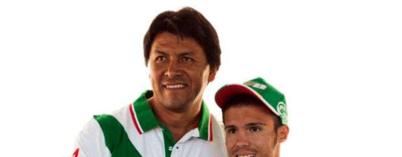 Claudio Suárez, es defensa de la selección de México, acudió a presenciar el encuentro de México. Aficionados lo reconocieron para tomarse fotos.