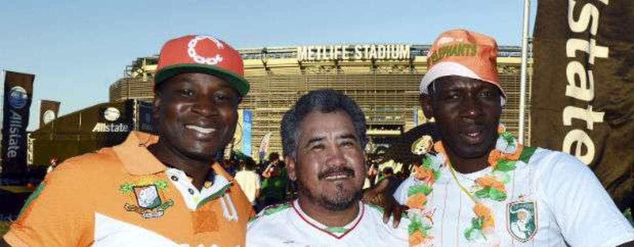 Aficionados de México y Costa de Marfil convivieron en la explanada del estadio.