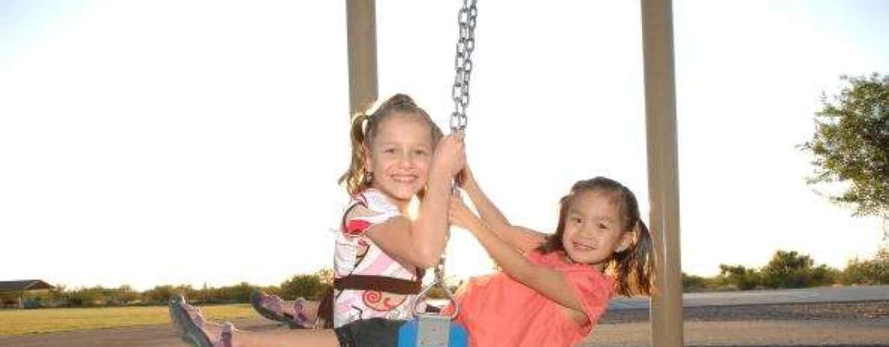 Este es otro de los casos, el de Josie Romero de nueve años(anteriormente Joey) con su hermana adoptada Jade, seis años, cerca de su casa en Arizona.