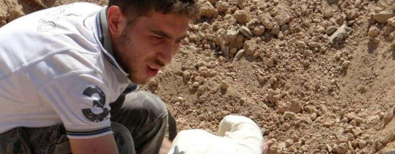 Mohamed Abdulá, un activista en el suburbio de Saqba, dijo ayer por Skype que la mayoría de los muertos fueron enterrados horas después del ataque en tumbas colectivas en diferentes zonas en Guta del este. Los entierros se hicieron con rapidez por temor a que los cuerpos se pudieran descomponer por el calor, añadió.