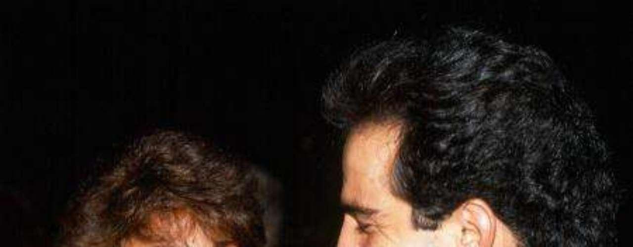 En 1990, Omar Fierroestelarizó 'Mi Pequeña Soledad' junto a Verónica Castro. Se dice que esto fue lo que hizo que dejara a Erika Buenfil. Omar y la Vero nunca se casaron.