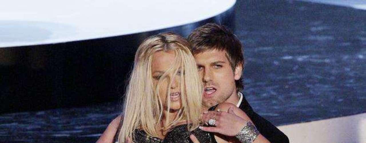 Britney Spears no se conforma con cantar en pequeña lencería, pues le gusta que sus bailarines la toquen.