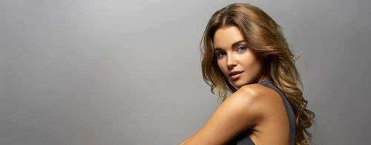 Miss Hungría - Rebeka Kárpáti. Tiene 18 años de edad y mide 1.73 m (5 ft 8 in). Procedente de la capital del país, Budapest.