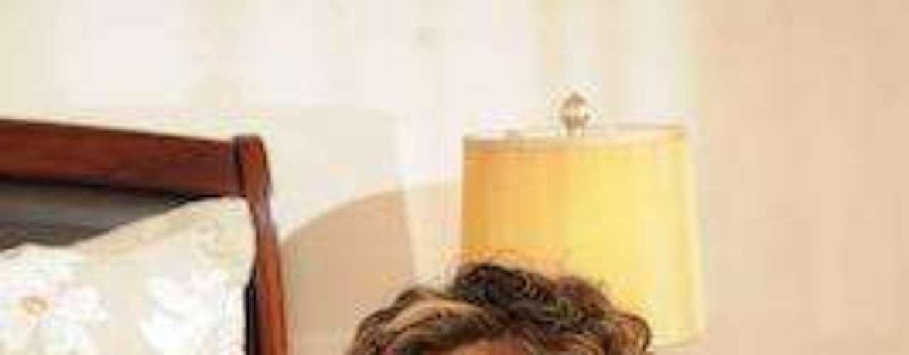 ¡Ni que estuviera pagando sus pecados de novela! A Aura Cristina Geithner la conocemos por sus malevoladas en 'Luna, la heredera' (que puedes ver online en nuestra sección novelera, a diario y completamente gratis). Sin embargo, también sabemos de ella por su mala suerte en el amor. Aura estuvo casada con el actor argentino Marcelo Dos Santos, del que se divorció en medio de un escándalo de supuestos maltratos y deudas de miles de dólares.Las curvi-mamacitas de las novelasActrices de novela: ¿De quién es esta gran 'pechonalidad'?Los 50 rostros más bellos de las telenovelasEstrellas de novela que se han desnudado en Playboy