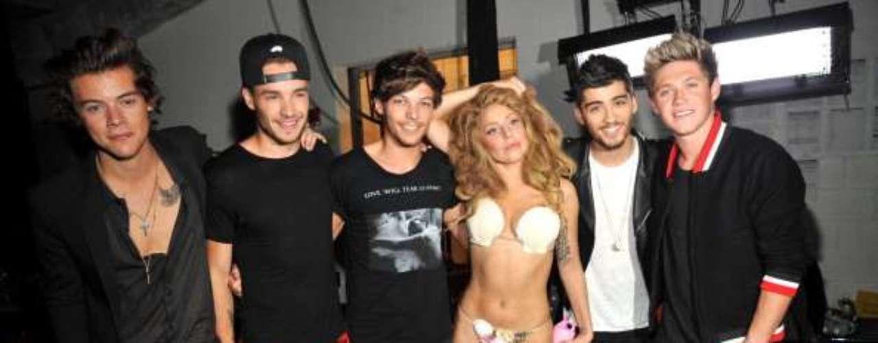 Agosto 27, 2013: Los integrantes de One Direction gozaron al tener el cuerpo semidesnudo de Lady Gaga a su lado tras bastidores en los MTV Video Music Awards 2013.
