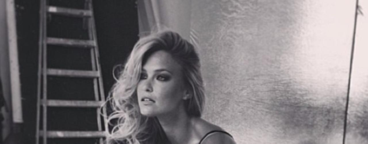 27 de Agosto - Bar Refaeli está trabajando en una nueva campaña que mostrará a la hermosa modelo en la cama. ¿Quién la quiere acompañar?