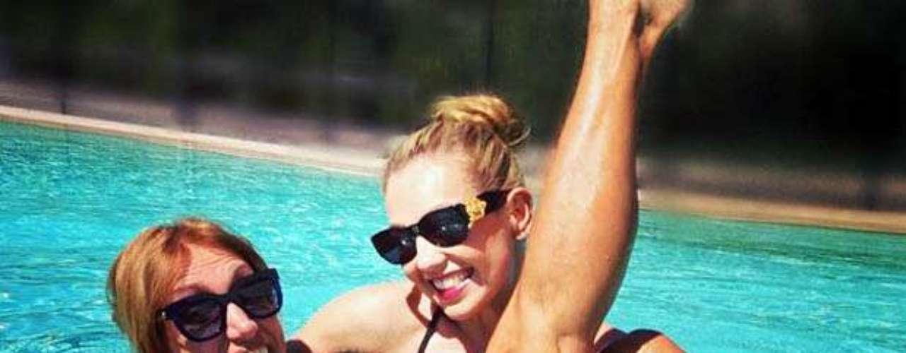 Agosto 27, 2013: Thalía festejó su cumpleaños número 42 como ya es tradición: con una fiesta en la piscina, en la que se divirtió junto a su gran amiga Lili Estefan, en ella además practicó algunos movimientos de Yoga en el agua.