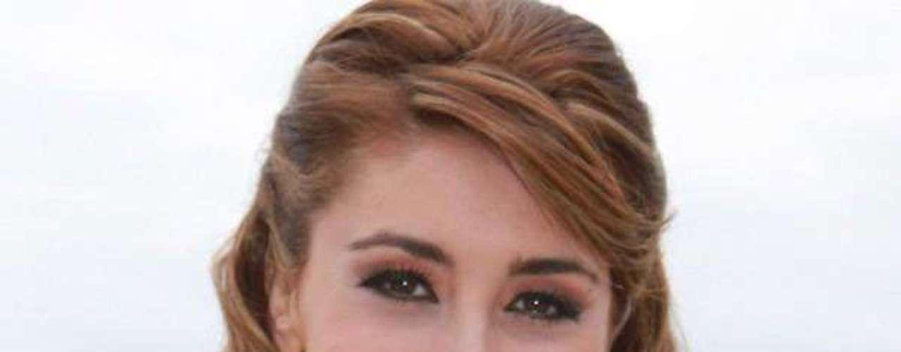Miss Chile - Camila Andrea Andrade Mora. Tiene 22 años de edad, mide 1.68 metros de estatura y reside en Concepción.