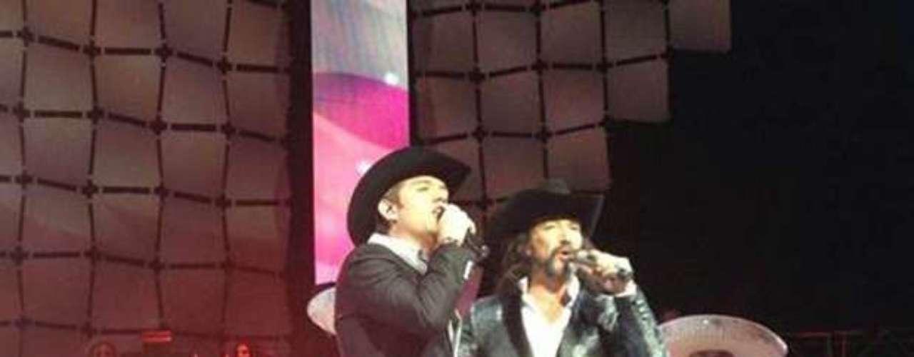 Agosto 29, 2013:El Dasa, tuvo una inolvidable la experiencia al compartir escenario con un grande de la música, Marco Antonio Solís, quien tuvo dos magnas presentaciones en el Gibson Amphitheatre de la ciudad de Los Ángeles.