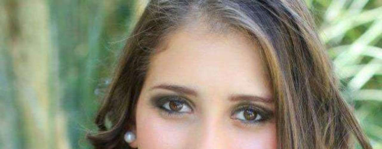Miss El Salvador - Paola Vanessa Ayala Hernández. Tiene 18 años de edad, mide 1.65 metros de estatura y reside en San Salvador.