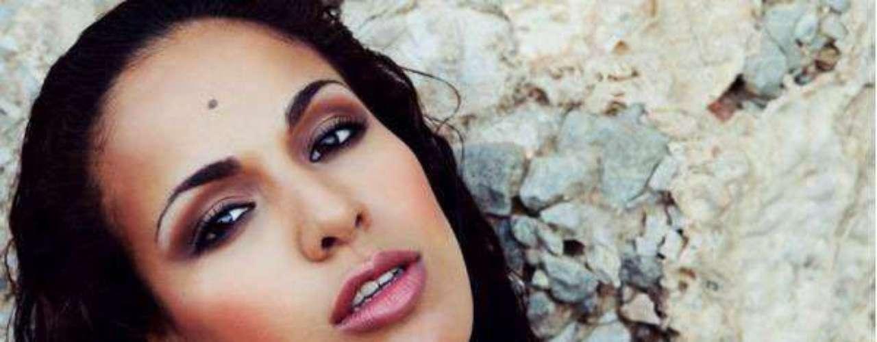 Miss Gibraltar - Maroua Mawa Kharbouch. Tiene 22 años de edad, mide 1.73 metros de estatura. Reside en Gibraltar