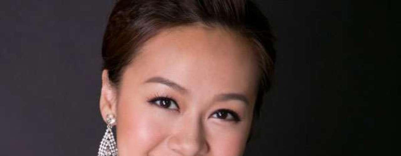 Miss Hong Kong - Jacqueline Wong Sum Wing. Tiene 24 años de edad y mide 1.63 metros de estatura. Reside en Kowloon.