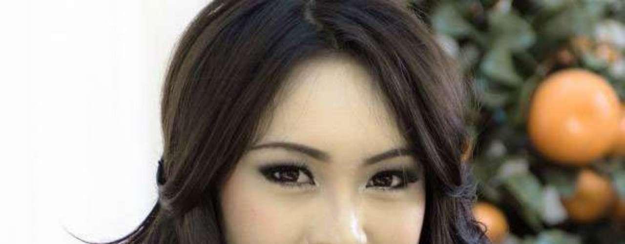 Miss Indonesia - Vania Larissa. Tiene 17 años de edad, mide 1.71 metros de estatura y reside en Pontianak.