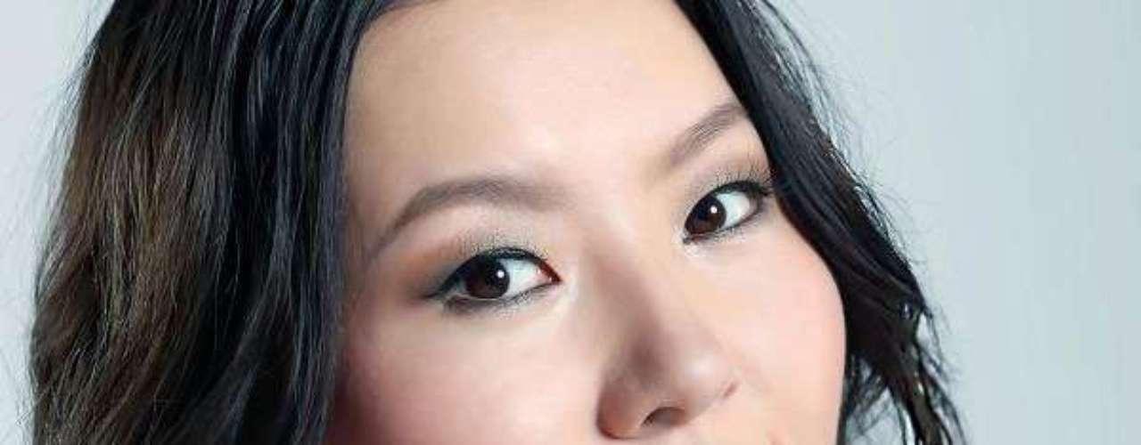 Miss Mongolia - Pagmadulam Sukhbaatar. Tiene 23 años de edad, mide 1.70 metros de estatura y residen en Ulán Bator.