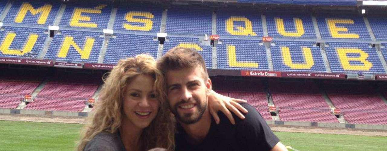 30 de Agosto - Shakira, Piqué y Milan posan como una bella familia en medio del estadio del Barcelona FC sosteniendo felices la copa de fútbol que acababa de ganar el equipo del novio de Shakira. ¡Qué bonita familia!
