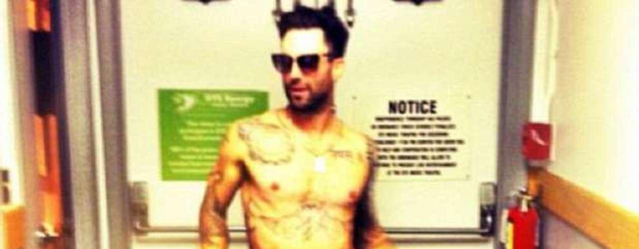 """Agosto 30, 2013: A la prometida de Adam Levine Behati Prinsloo le gusta mostrar la mercancía de su compañero, pues fue la modelo quien subió una fotografía del cantante en ropa interior negra y gafas de sol a Instagram, acompañada por un el siguiente texto: """"Llamado para la estrella porno de los 70′s""""."""