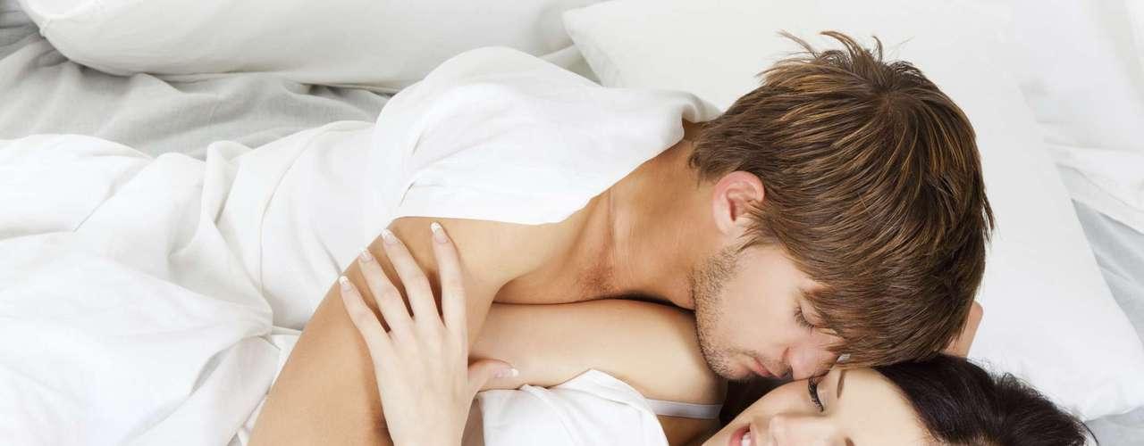 Perezoso. El sexo no siempre debe ser una actividad extenuante y vigorosa. Por el contrario, intenta alguna vez al despertar, desnudarte y acurrucarte junto a él. Como los hombres tienen alto nivel de testosterona en la mañana, serás muy difícil de resistir.