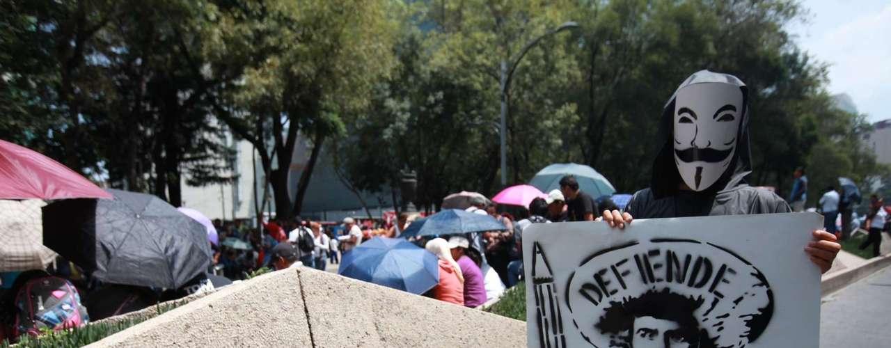 """""""Nos informan que en este momento los diputados están sesionando en la Cámara para que de una vez este día puedan subir la Ley del Servicio Profesional Docente, esto obviamente que nos modifica nuestra táctica y estrategia de lucha"""", anuncióRubén Núñez, secretario general de la Sección 22 de Oaxaca"""