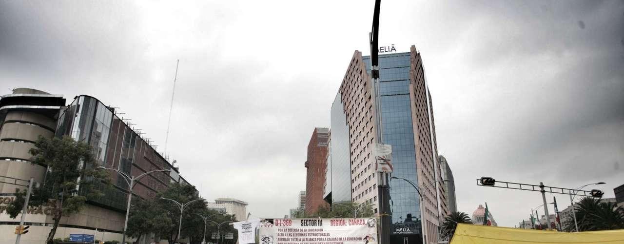 La convocatoria para la protesta fue a las 9:00 horas, pero diversos grupos, en su mayoría de la Sección 22, se adelantaron y comenzaron la marcha sobre carriles centrales de Paseo de la Reforma.