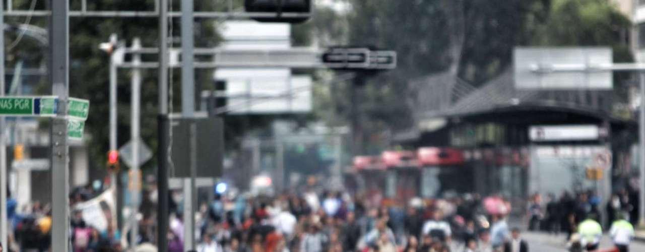 La manifestación también provocó la suspensión del servicio de Metrobús en las estaciones Plaza de la República, Revolución, Reforma y Hamburgo, lo que afecta a usuarios.